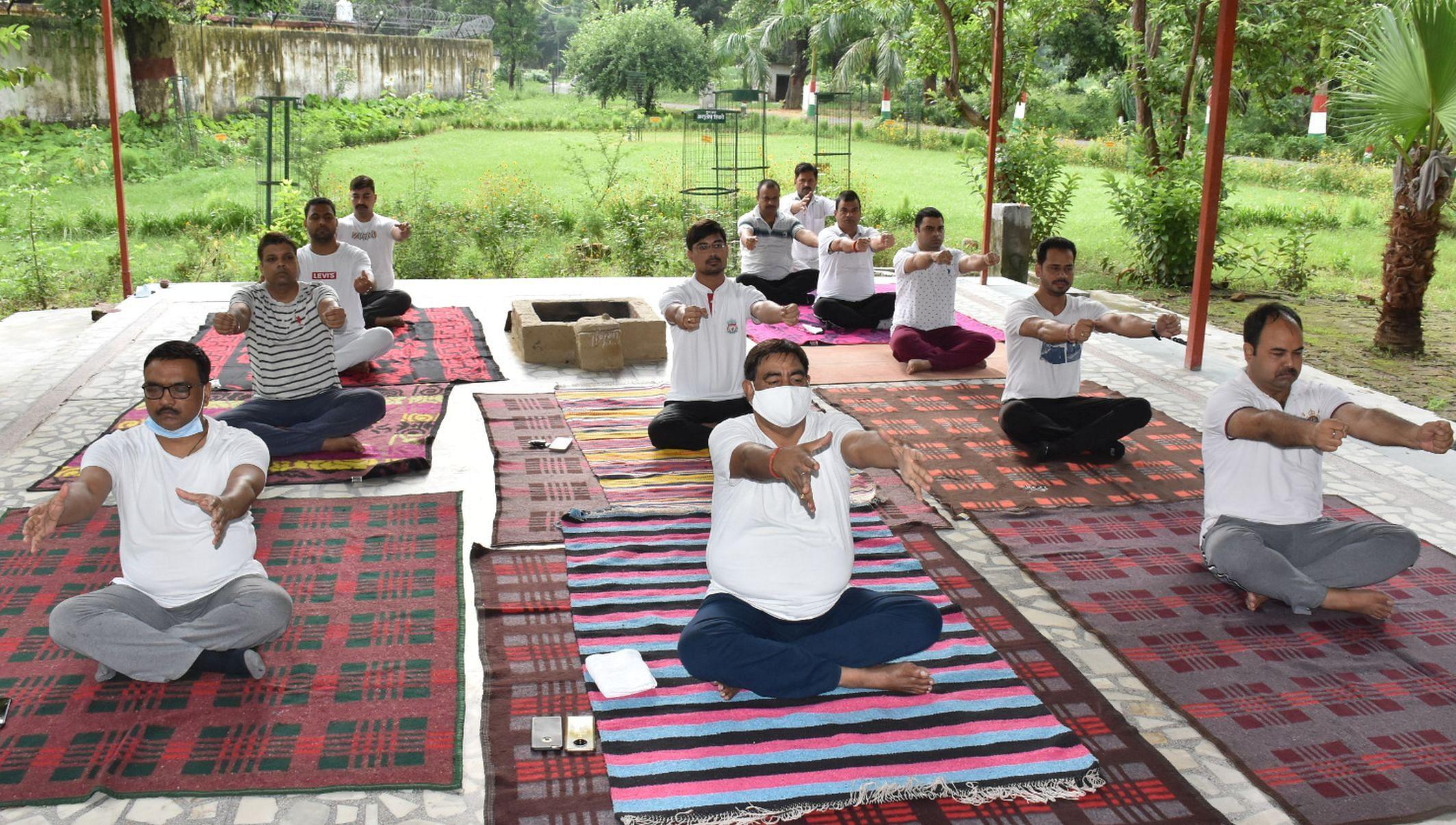 अंतर्राष्ट्रीय योग दिवस पर योगाभ्यास करते जिला जज व अन्य जज