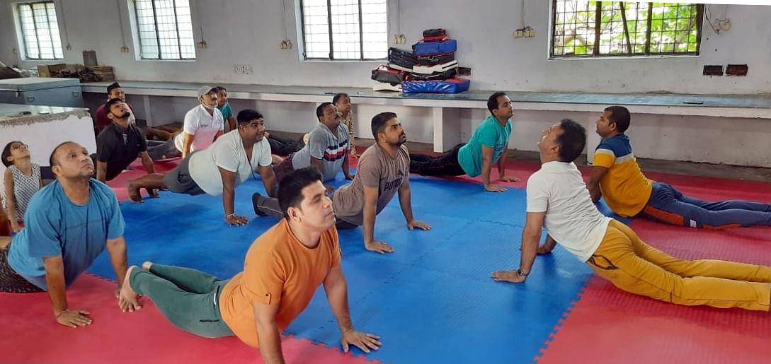 अफजलगढ़ के जीआईसी परिसर में योग दिवस के मौके पर योगाभ्यास करते लोग।