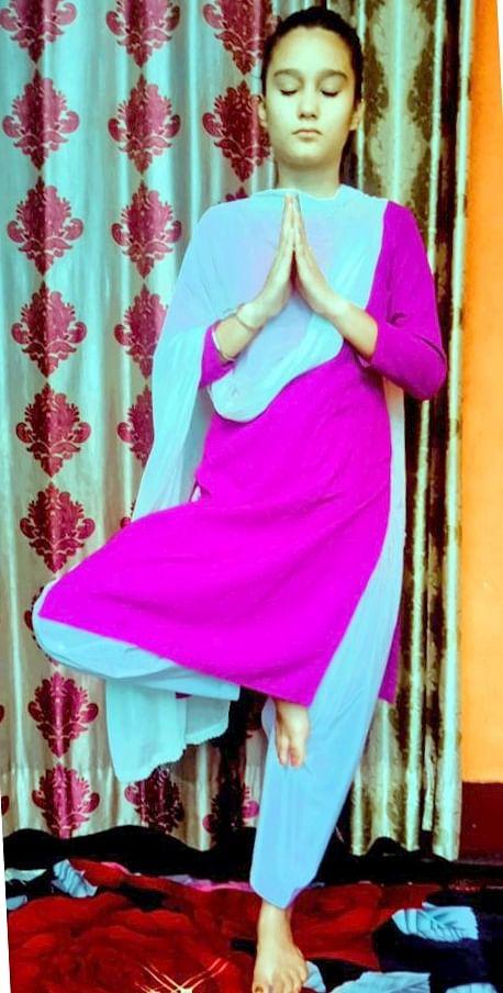बिजनौर में विश्व योग दिवस पर योग करती आरबीडी की छात्रा।