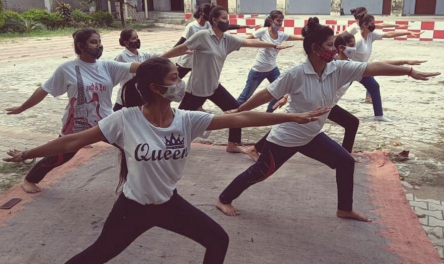 नजीबाबाद के रमा जैन कॉलेज में योग करतीं छात्राएं।