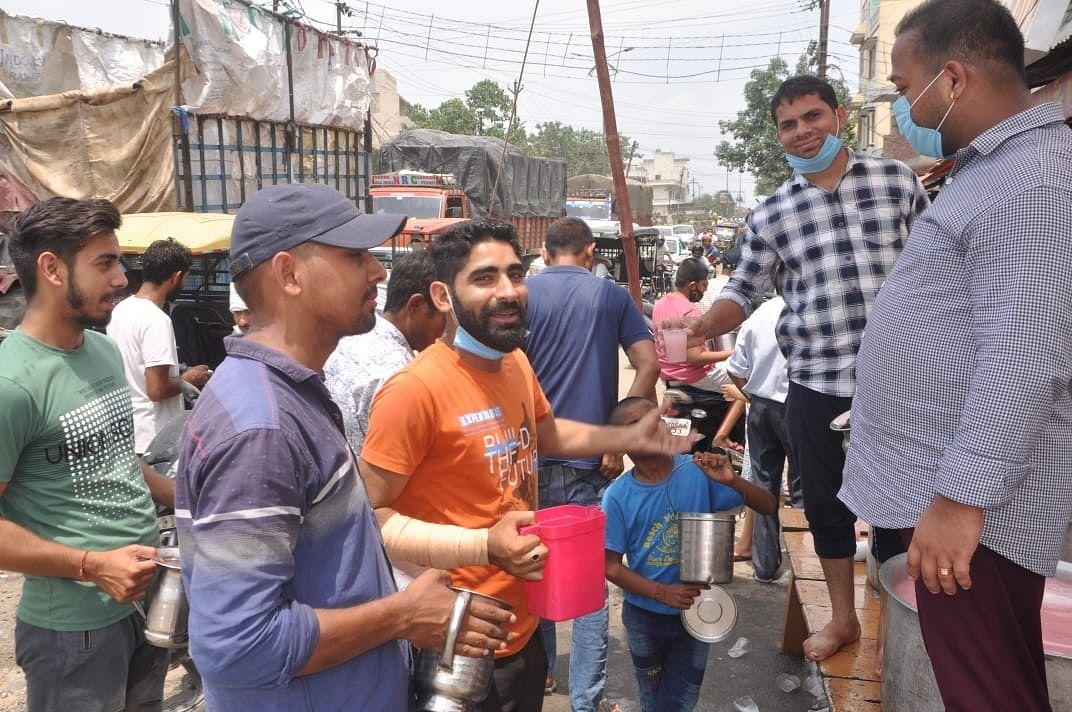 शमली पंजाबी कॉलोनी में शर्बत पिलाते श्रद्धालु।