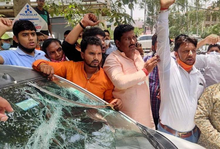 किसानों से मारपीट में छीनी गई तलवार दिखाते भाजपा कार्यकर्ता