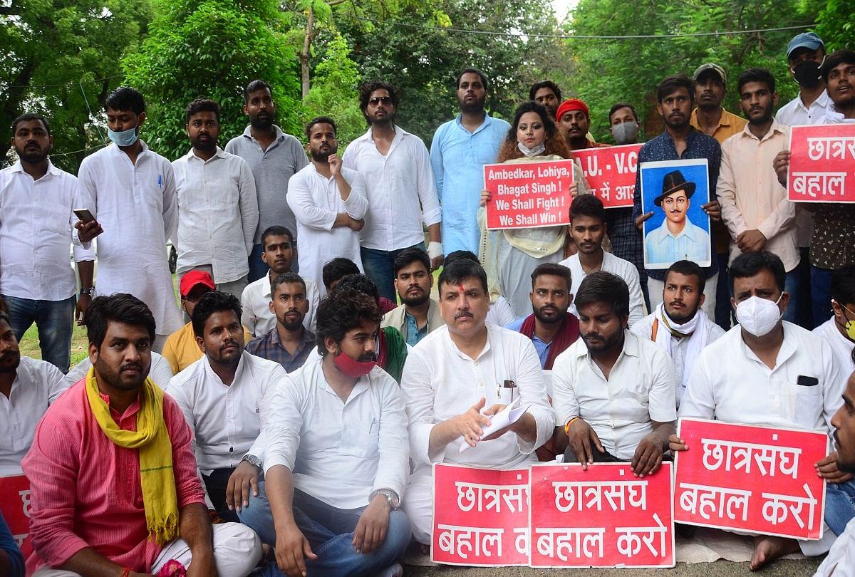 prayagraj news : इलाहाबाद विश्वविद्यालय में छात्रसंघ बहाली के लिए आंदोलन कर रहे छात्रों के समर्थन में पहुंचे आम आदमी पार्टी के सांसद संजय सिंह।