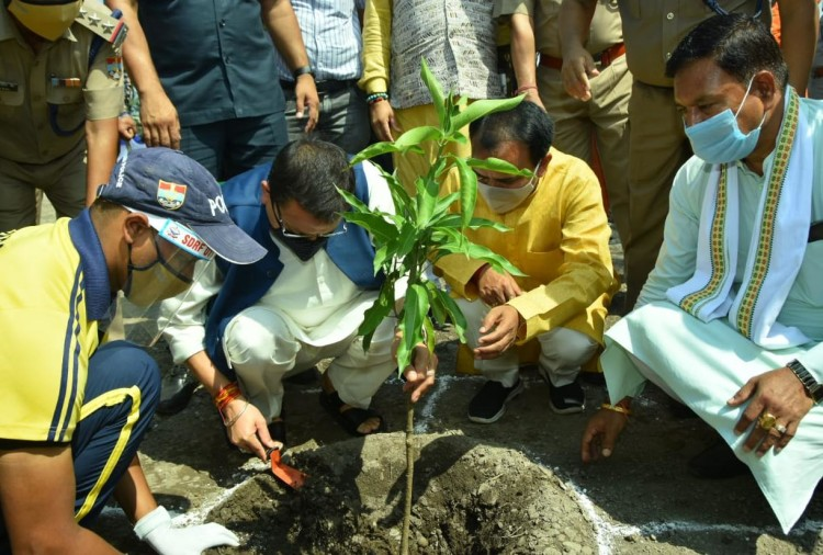 CM Pushkar Singh Dhami did plantation, said – give me a plant, not a bouquet, it will be saved