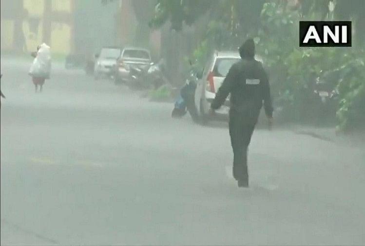 Live: मुंबई में भारी बारिश से कई इलाके और सड़कें तालाब में तब्दील, ट्रेनें थमीं
