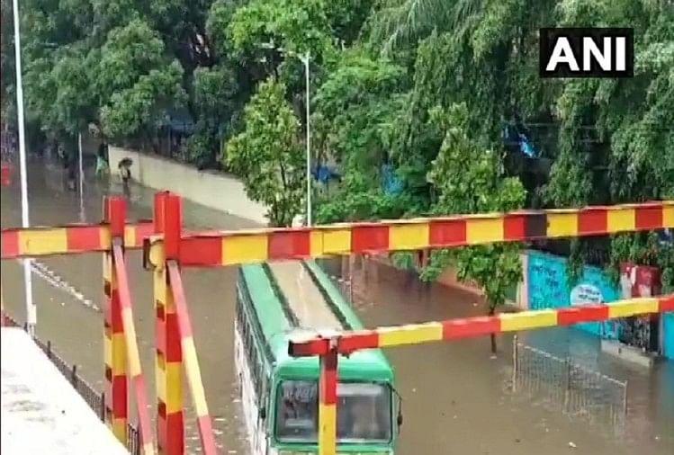 Mumbai Weather Live: मुंबई में भारी बारिश से कई इलाके और सड़कें तालाब में तब्दील, ट्रेनें थमीं