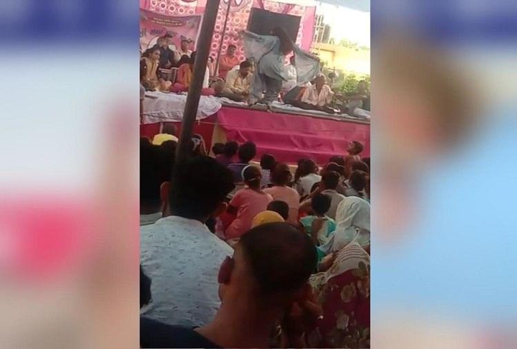 मेरठ में समाजवादी पार्टी के कार्यक्रम में डांस करती कलाकार।