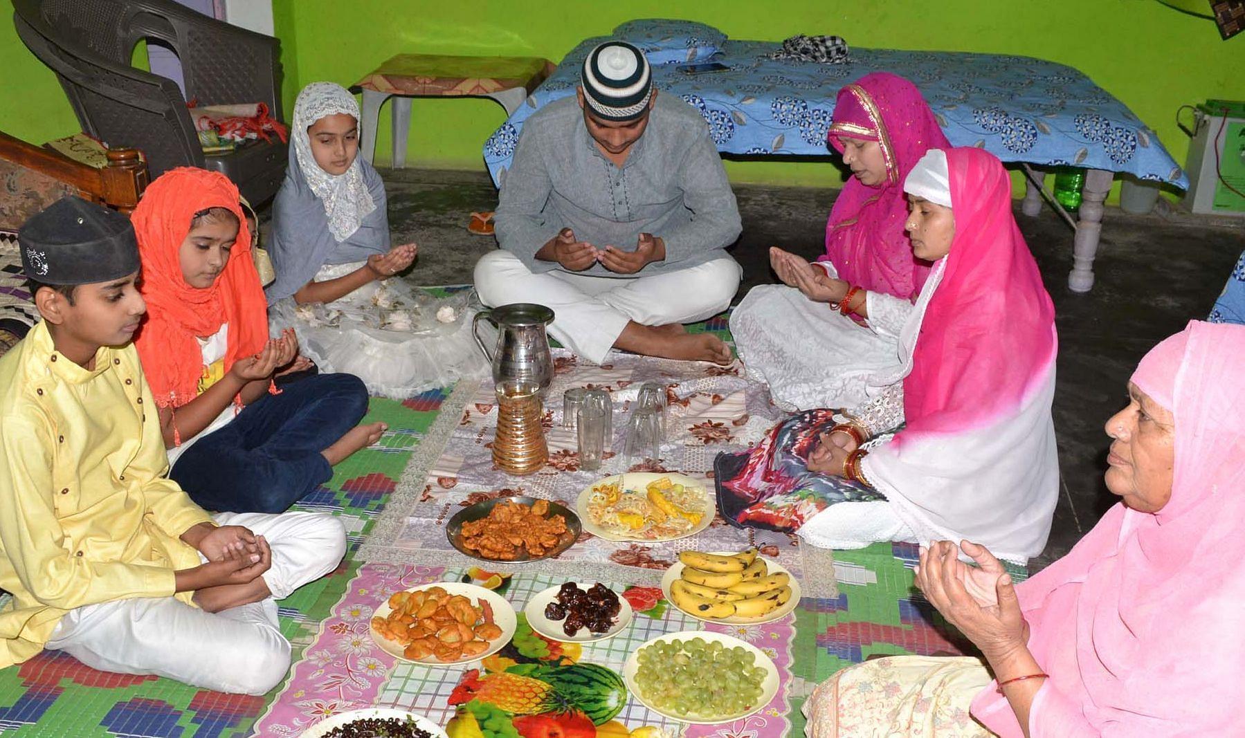 फोटो- 9- चित्रकूट के कजियाना मोहल्ले में कोरोना के चलते घर में ही पकवान खाने के पहले ईद उल अजहा की नम
