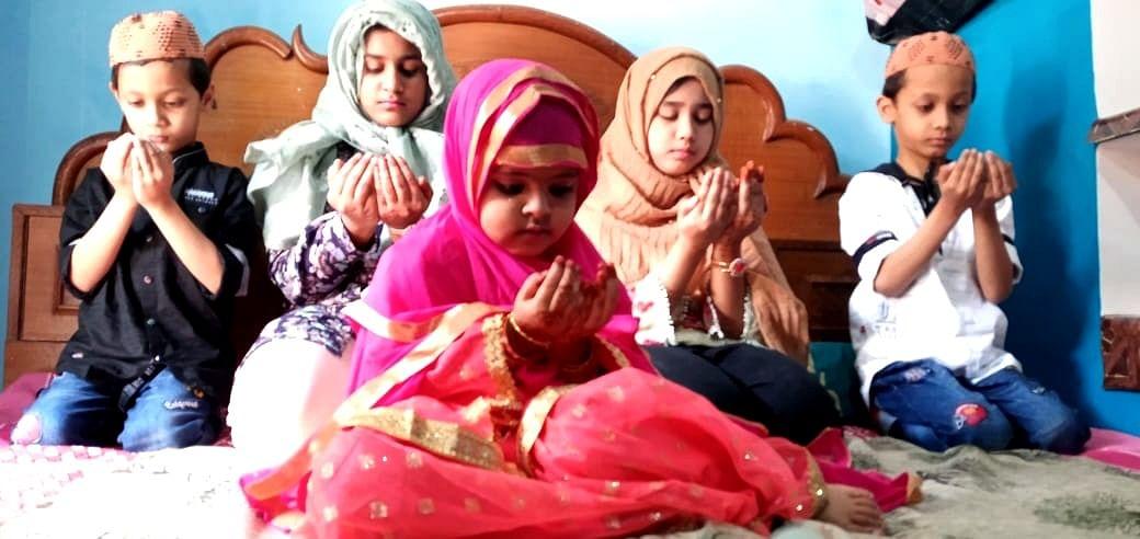 शहर के कटरा मुहल्ले में बकरीद की नमाज अदा करते मुस्लिम बच्चें।