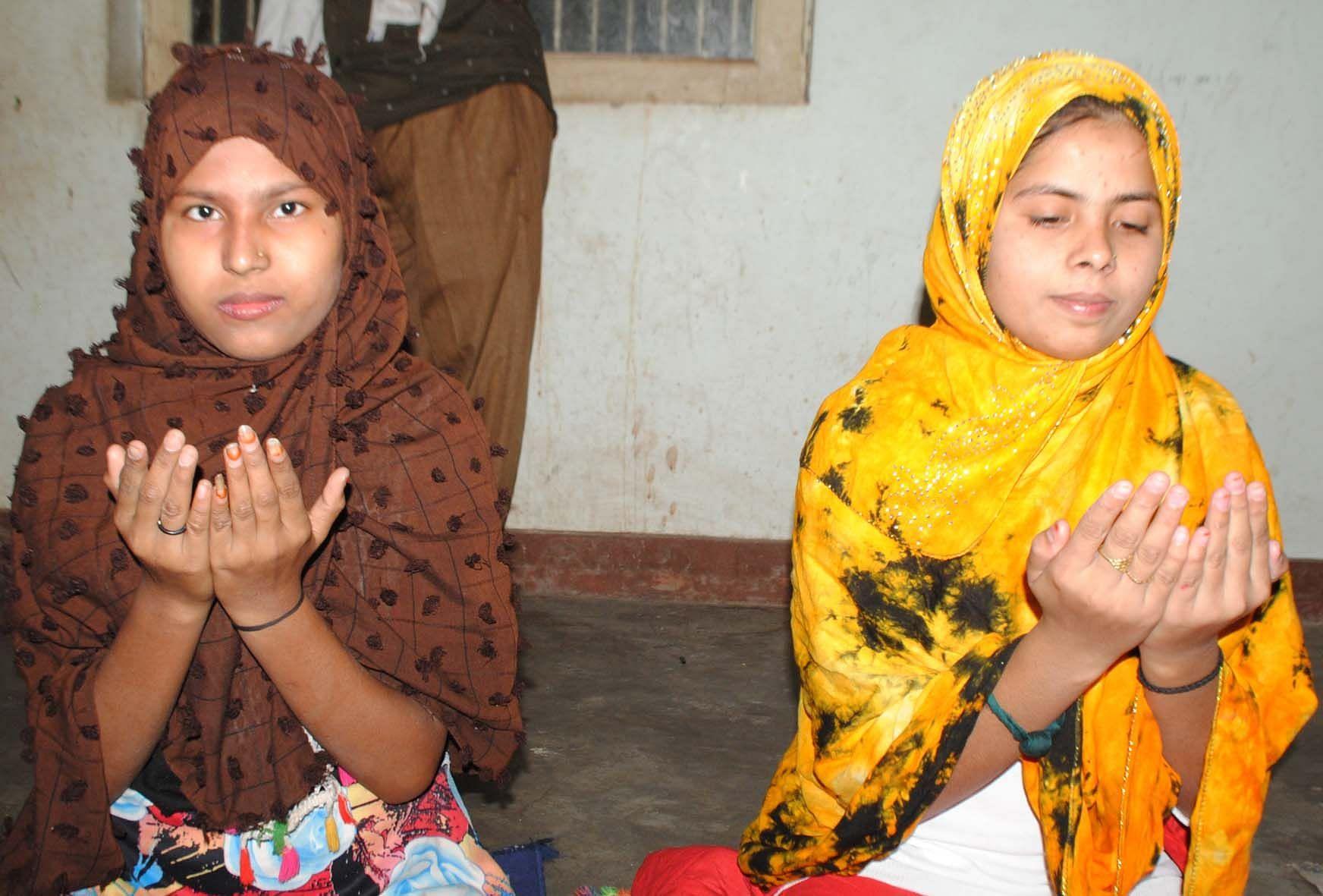 चित्रकूट के उटारखाने मोहल्ले में कोरोना के चलते घर में ही ईद उल अजहा की नमाज अदा करतीं युवतियां। ?