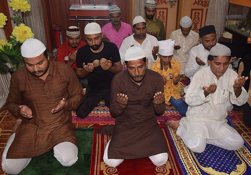 रुद्रपुर की आदर्श कालोनी स्थित घर में नमाज अदा करते मुस्लिम समाज के लोग। संवाद