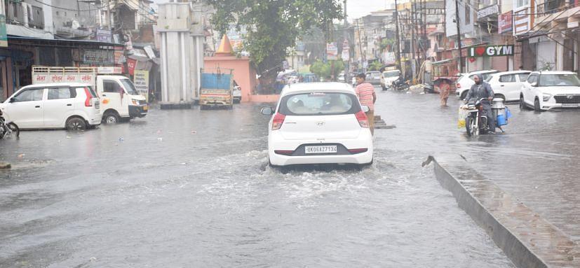 रुद्रपुर की इंदिरा कालोनी की सड़क पर बहता बरसाती पानी।
