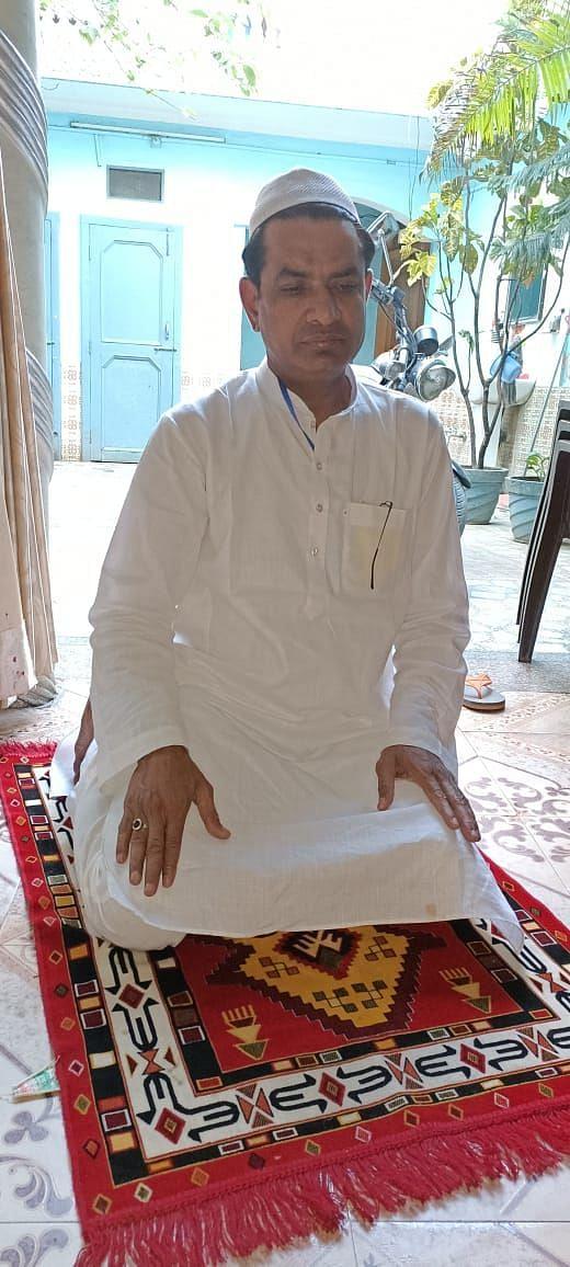 खटीमा में ईद-उल अज्हा पर्व पर घर में नमाज अदा करता मुस्लिम युवक।
