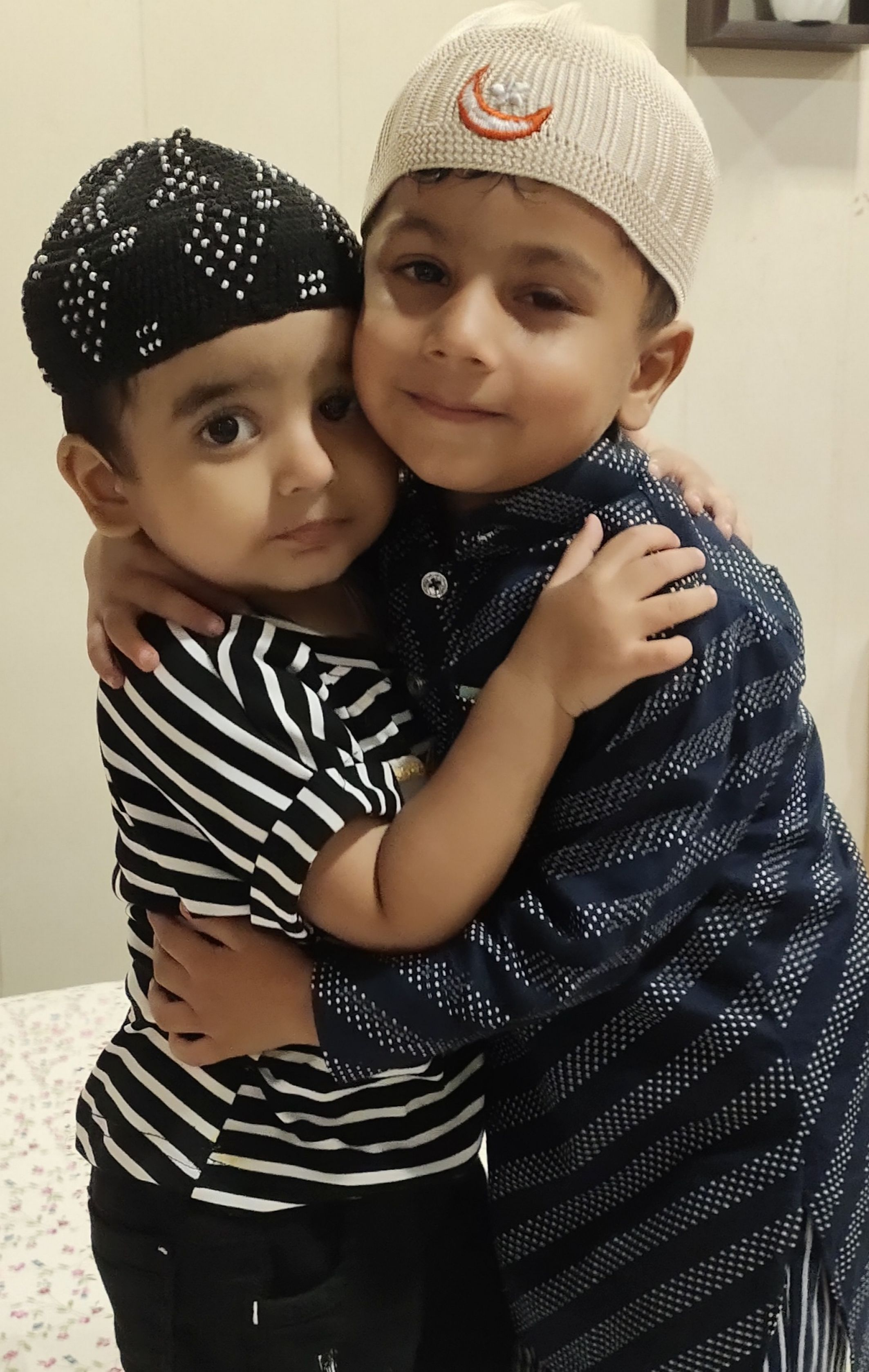 सितारगंज में ईदुल अजहा के पर्व पर गले मिलते नन्हे मुन्ने।