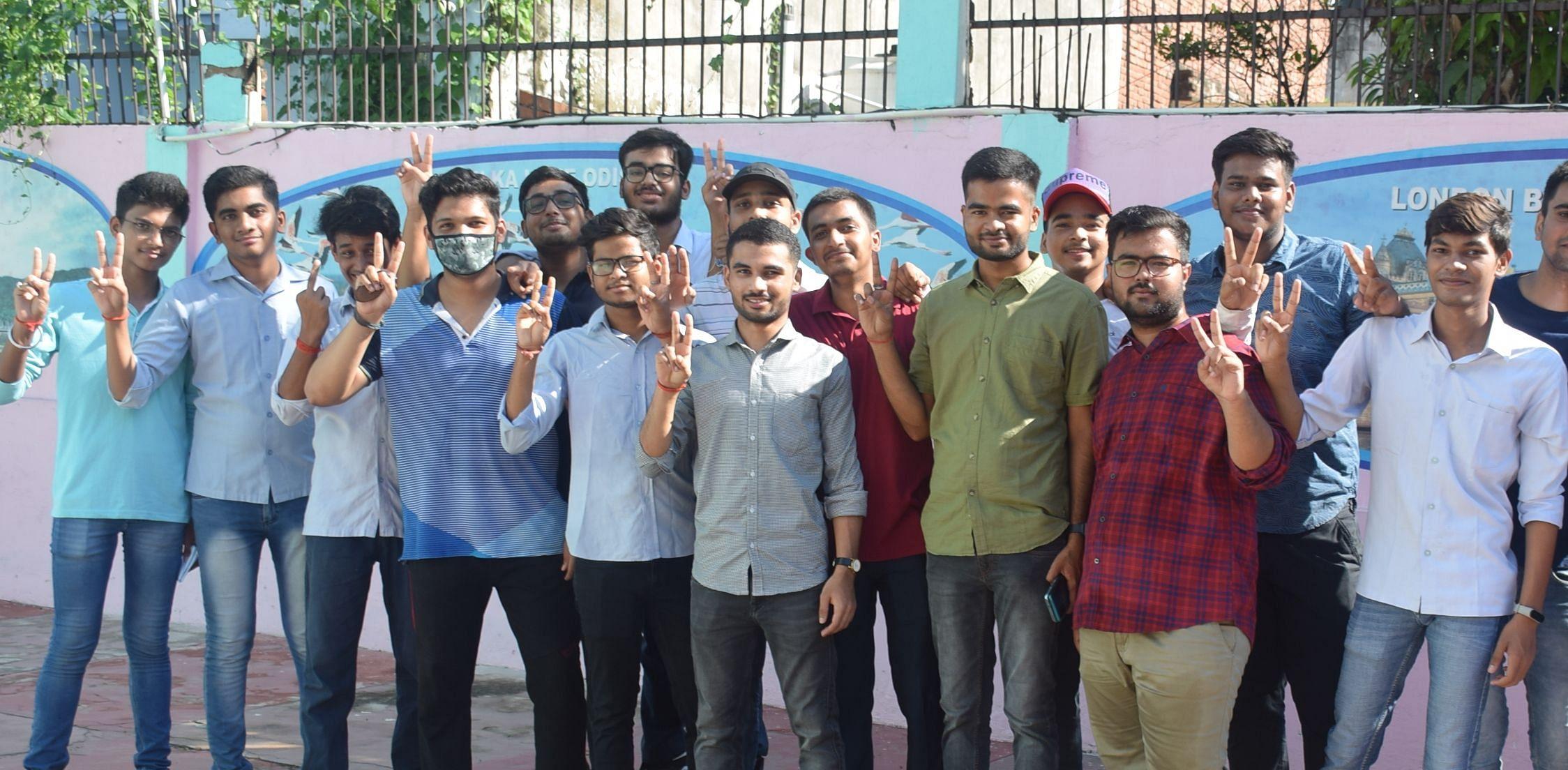 ्रभात एकेडमी में आईसीएसई बोर्ड इंटर का परणिाम देख उत्साहित छात्र। संवाद