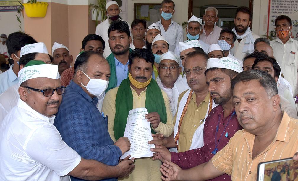 डीएम कार्यालय पर सिटी मजिस्ट्रेट को ज्ञापन सौंपते भारतीय किसान यूनियन तोमर के किसान