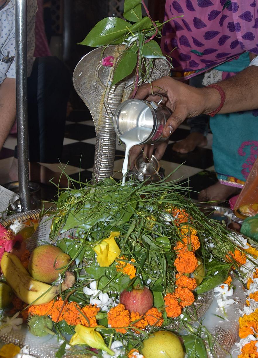 सावन के पहले सोमवार पर बागेश्वर महादेव मन्दिर में जलाभिषेक करते शिव भक्त