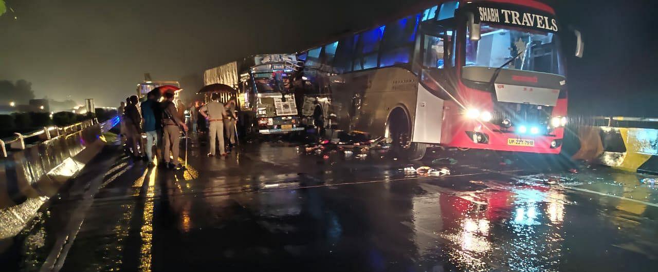 Barabanki Road Accident: Truck Rammed Into Double Decker Bus On Ayodhya  Highway, 18 People Died - अयोध्या हाइवे पर भीषण हादसा : डबल डेकर बस में ट्रक  ने मारी टक्कर, 18 की