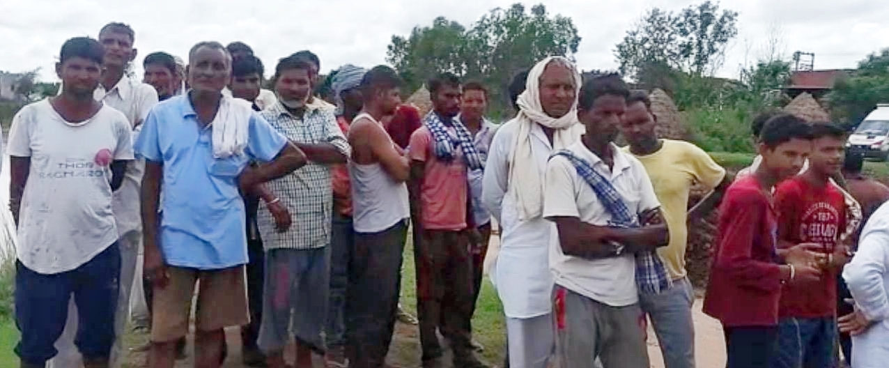 मारकंडा नदी के पास जमा लोग।