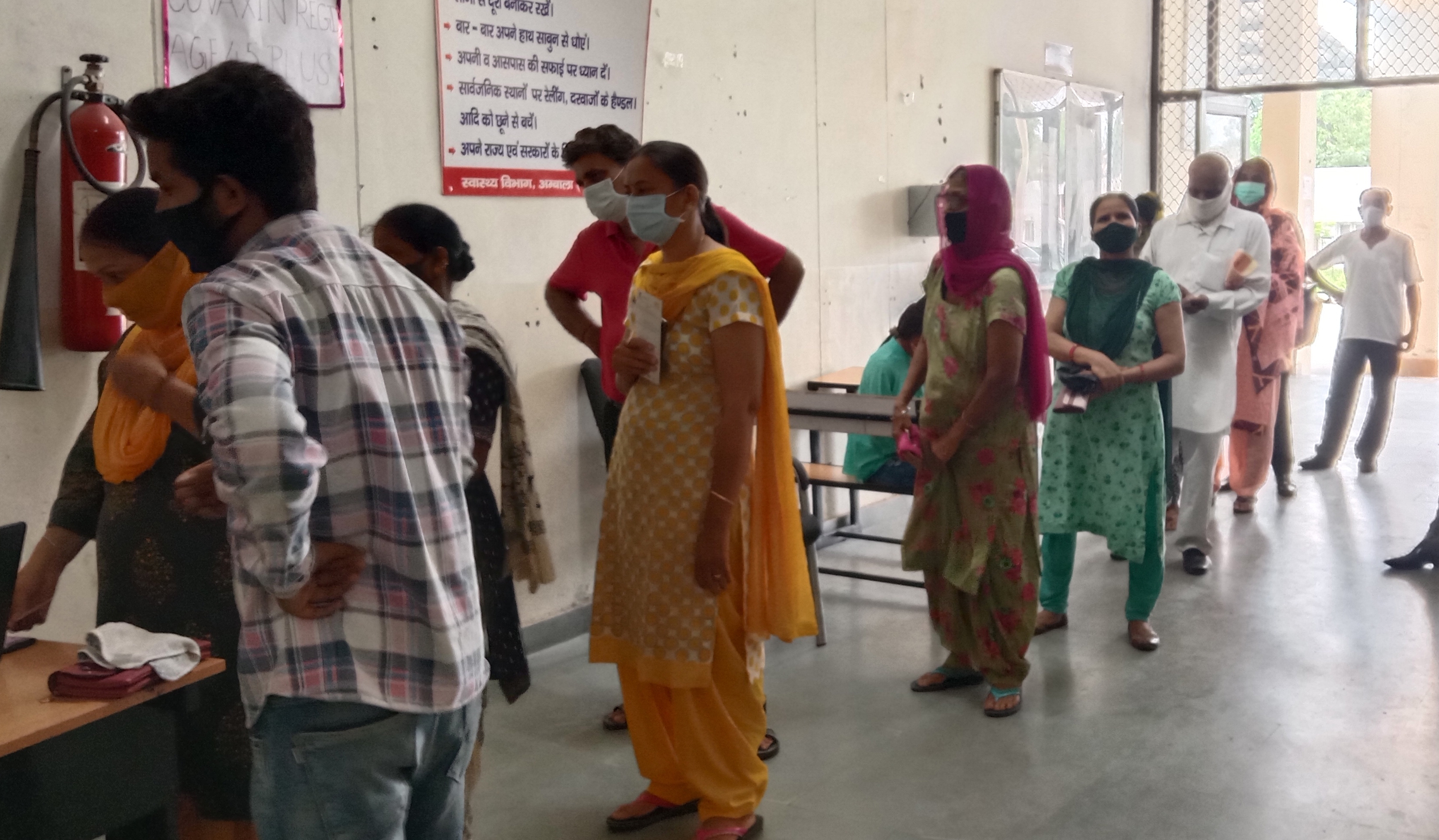 आईटीआई स्थित केंद्र में टीका लगवाने के लिए खड़े लोग।