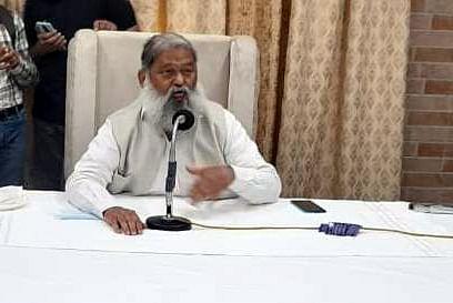 जनता दरबार में लोगों की समस्याएं सुनते मंत्री अनिल विज।