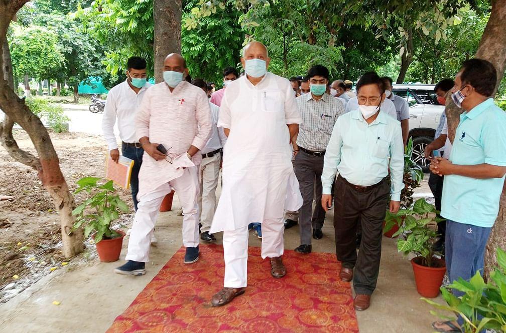 सहारनपुर के कंपनी बाग का निरीक्षण करते प्रभारी मंत्री सूर्य प्रताप शाही