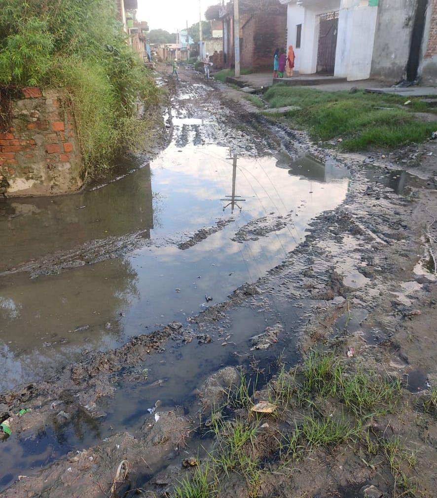 मंडावली के गांव साहबपुरा उमराव में बदहाल मार्ग।