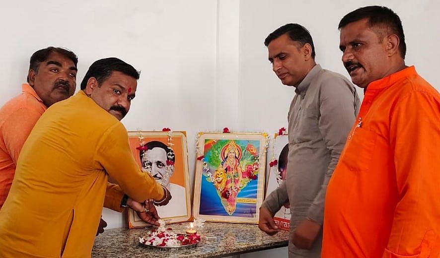 भागूवाला के मोहनपुर में बैठक का शुभारंभ करते भाजपा पदाधिकारी।