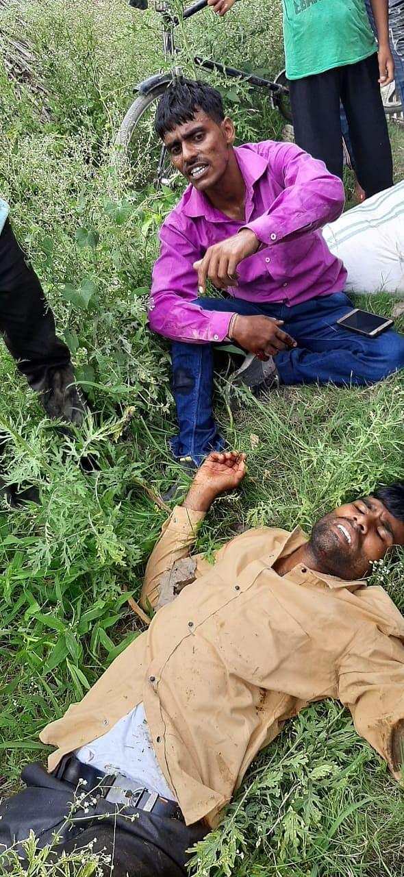 मिलक-बिलासपुर रोड पर बाइकों की भिडंत पर सड़क किनारे पड़े घायल।