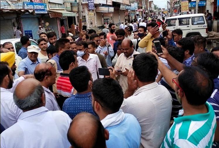 प्रदर्शन: किसानों के बाद दुकानदार भी जलभराव से परेशान, बाजार बंद कर जताया रोष