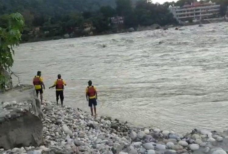 गंगा में डूबे मुंबई के पर्यटकों में से एक युवती का शव बरामद, अन्य दो की तलाश जारी