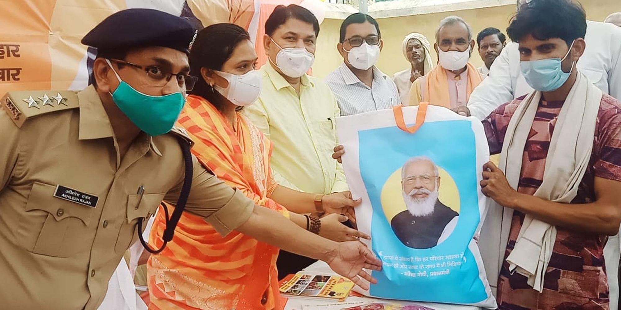 राठ के कुर्रा गांव में राशन वितरित करातीं विधायक मनीषा अनुरागी