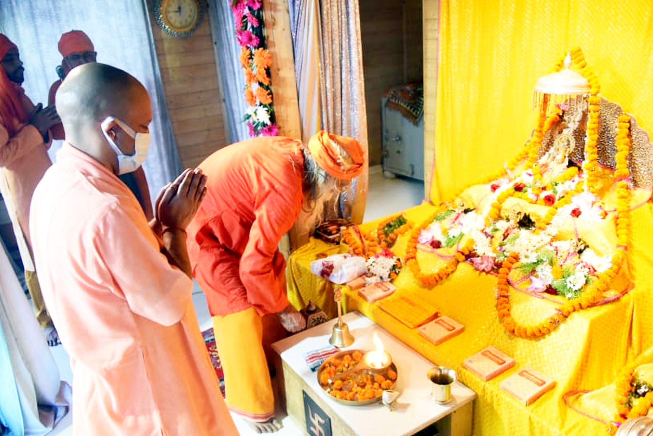 अयोध्या-रामजन्मभूमि परिसर में रामलला का पूजन करते मुख्यमंत्री योगी आदित्यनाथ