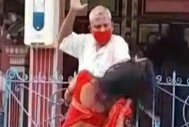 کشیش زن را در معبد می زند