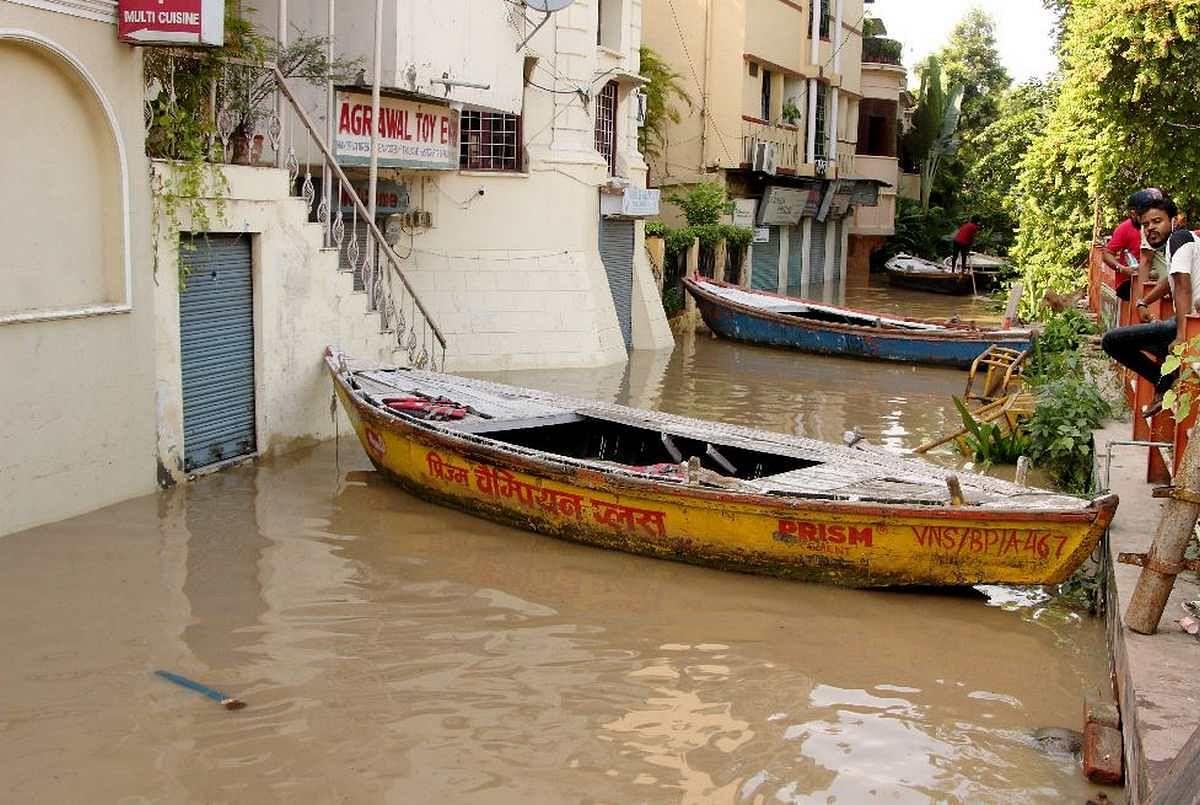 वाराणसी के कोनिया इलाके में बाढ़ की वजह से लोग गलियों में नाव चल रहीं।