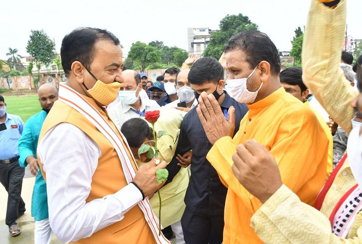 prayagraj news : डिप्टी सीएम का स्वागत करते भाजपा कार्यकर्ता।