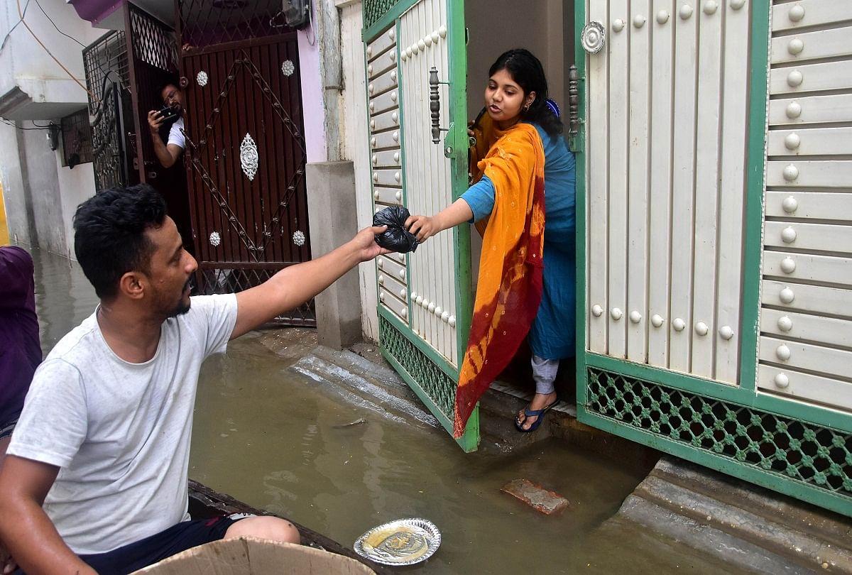 prayagraj news : करेली स्थित गौस नगर में बाढ़ का पानी पहुंच जाने से घरों में कैद लोगों को राहत सामग्री पहुंचाते स्ंवयसेवी संस्था के सदस्य।