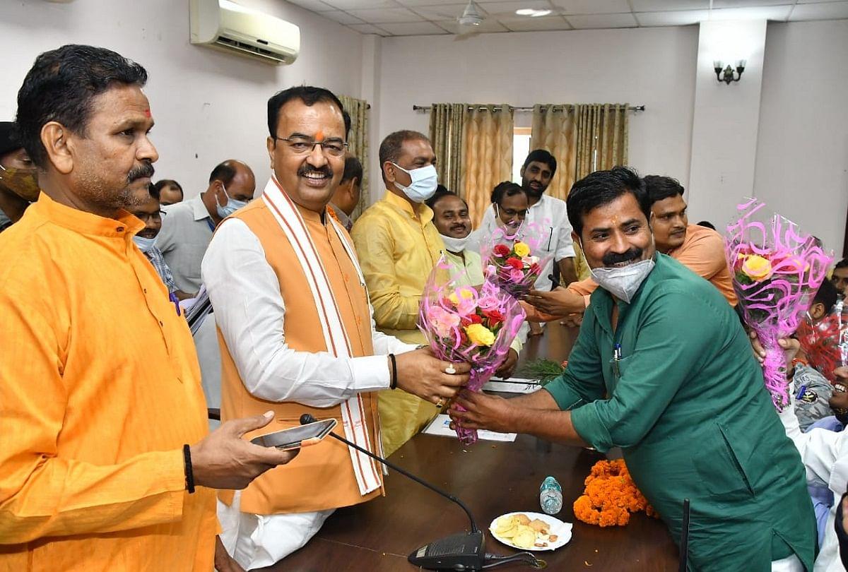 prayagraj news : सर्किट हाउस में डिप्टी सीएम केशव प्रसाद मौर्य का स्वागत करते भाजपाई।