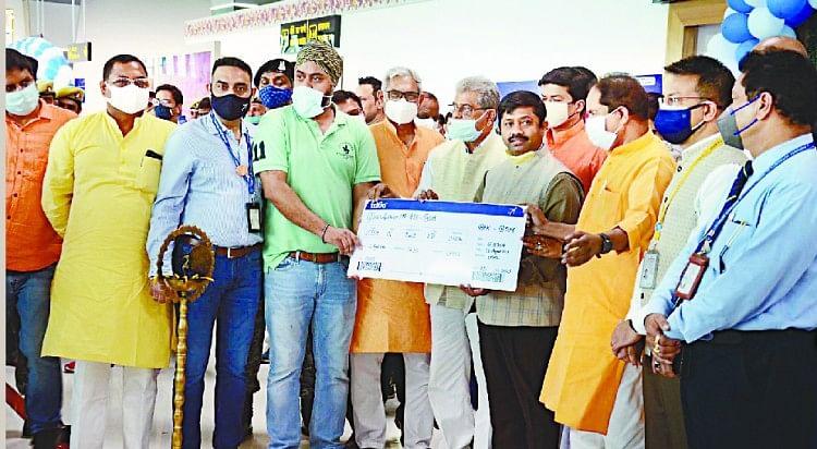 बरेलीः मुंबई के लिए बुकिंग कराने वाले पहले यात्री को बोर्डिंग पास देकर उड्डयन मंत्री ने कार्यक्रम का किया उद्घाटन। अमर उजाला