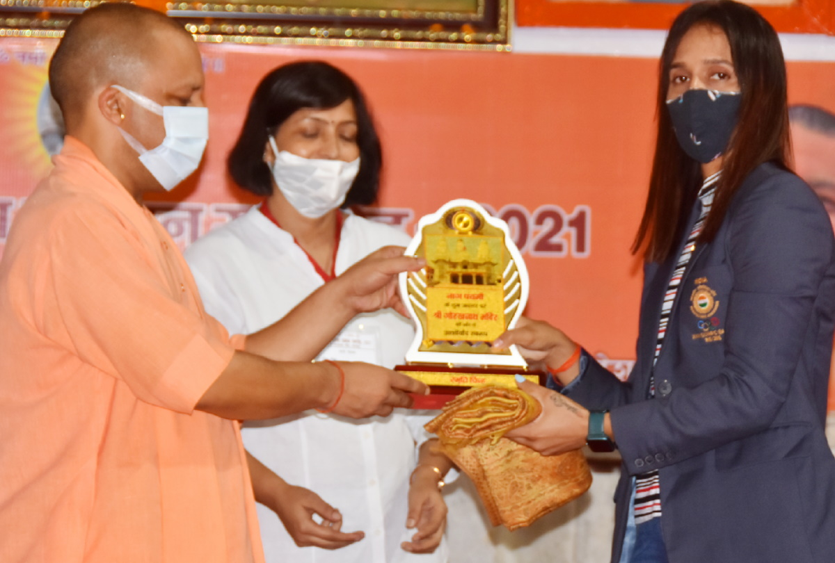 भारतीय हॉकी खिलाड़ी प्रीती दुबे को सम्मानित करते सीएम योगी।