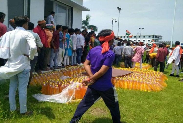 भाजपा की तिरंगा यात्रा में फ्री में पेट्रोल लेने के लिए मची लूट, पुलिस ने किया लाठीचार्ज