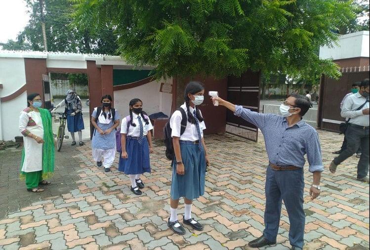 गोरखपुर में थर्मल स्क्रिनिंग करते कर्मचारी