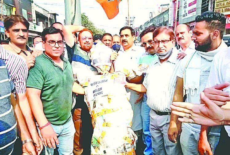 पंजाब में प्रदर्शन: शेर-ए-पंजाब महाराजा रणजीत सिंह की प्रतिमा तोड़ने से नाराज भाजपाइयों ने फूंका इमरान खान का पुतला