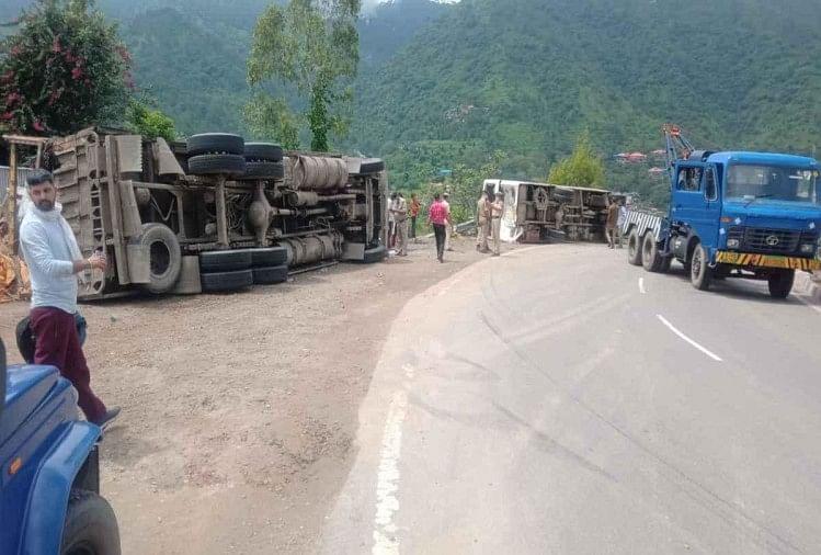 ब्रेक फेल होने के बाद चलती बस से टकराया ट्रक, दोनों हाईवे पर पलटे, 20 यात्री घायल