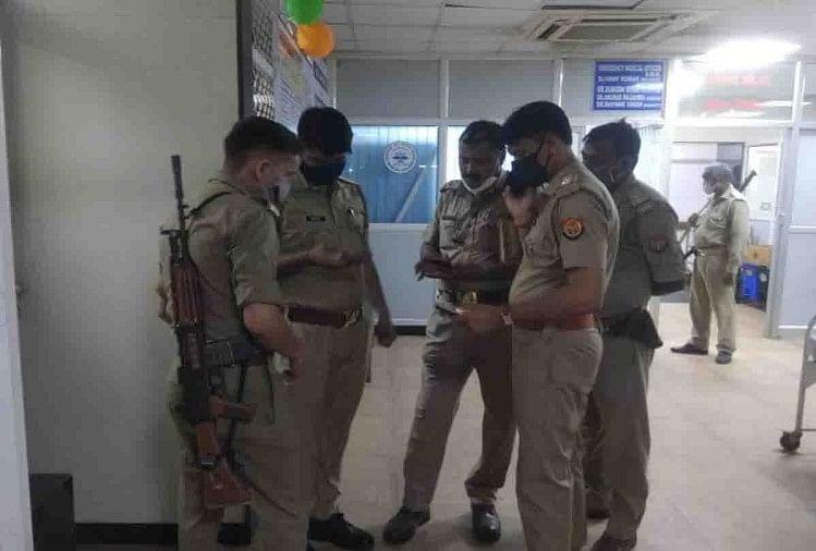हैलट में मौजूद पुलिसकर्मी