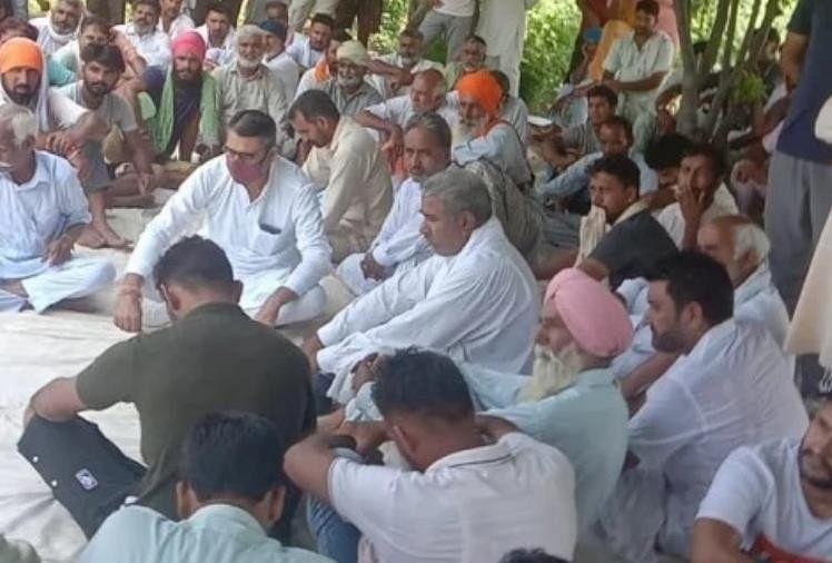 विरोध: डबवाली के किसानों ने राजस्थान में रुकवाया काम, खड़ी फसल नष्ट करने के विरोध में धरना