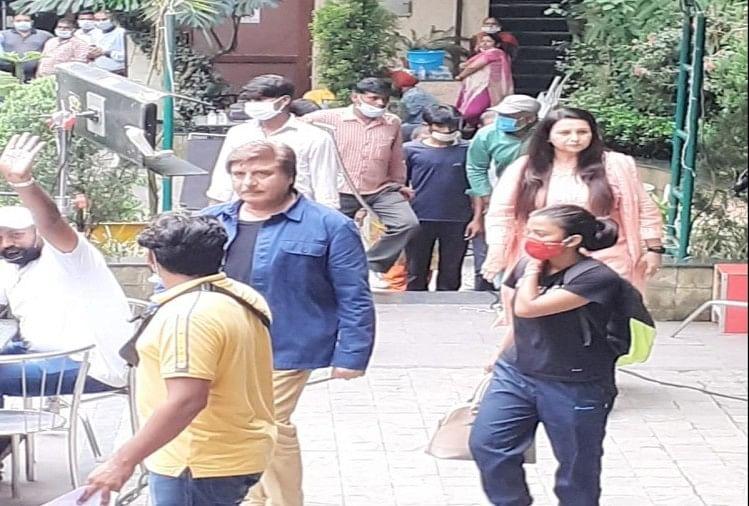 शूटिंग: धर्मपुर में पूनम ढिल्लो का पर्स हुआ गायब, थाने पहुंचे राज बब्बर