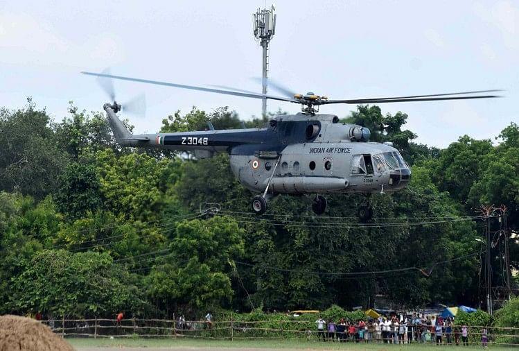 president visit in prayagraj : राष्ट्रपति रामनाथ कोविंद के आगमने के मद्देनजर पोलो ग्राउंड पर हेलीकॉप्टर उतारकर अभ्यास करते सेना के जवान।
