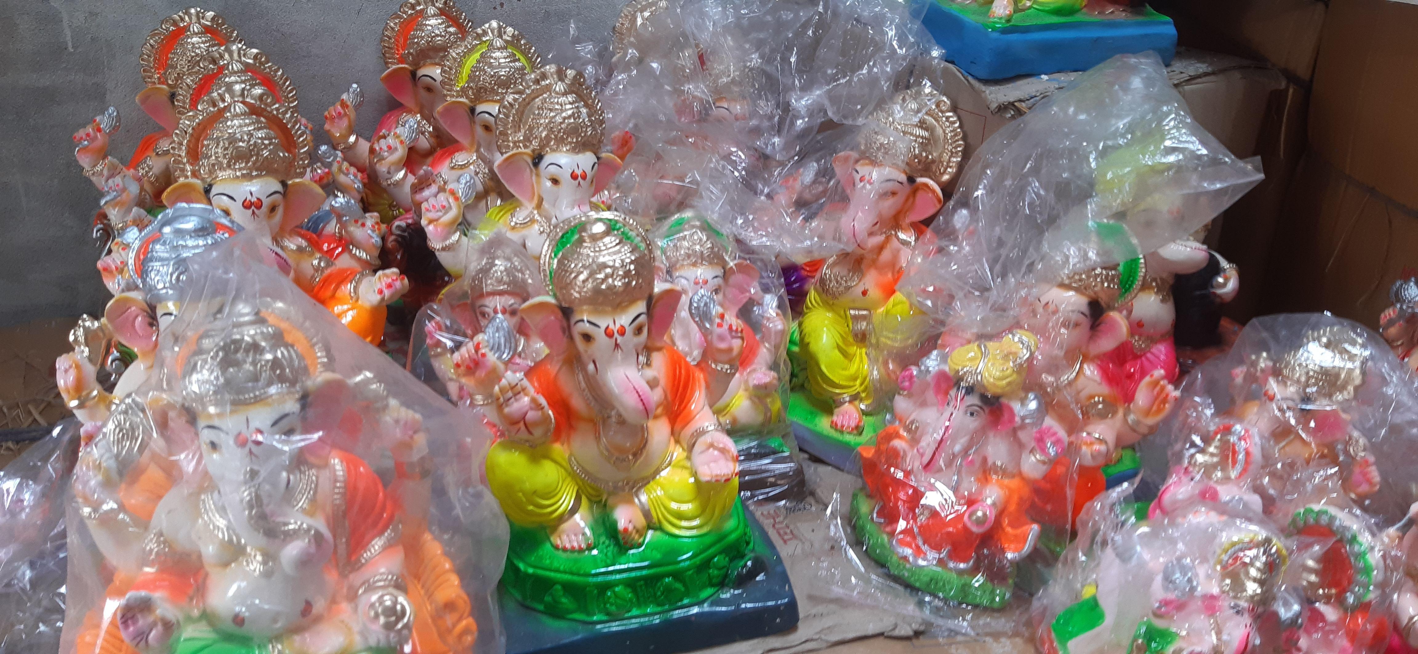 बाजार में दुकान पर रखी भगवान श्रीगणेश की मूर्तियां