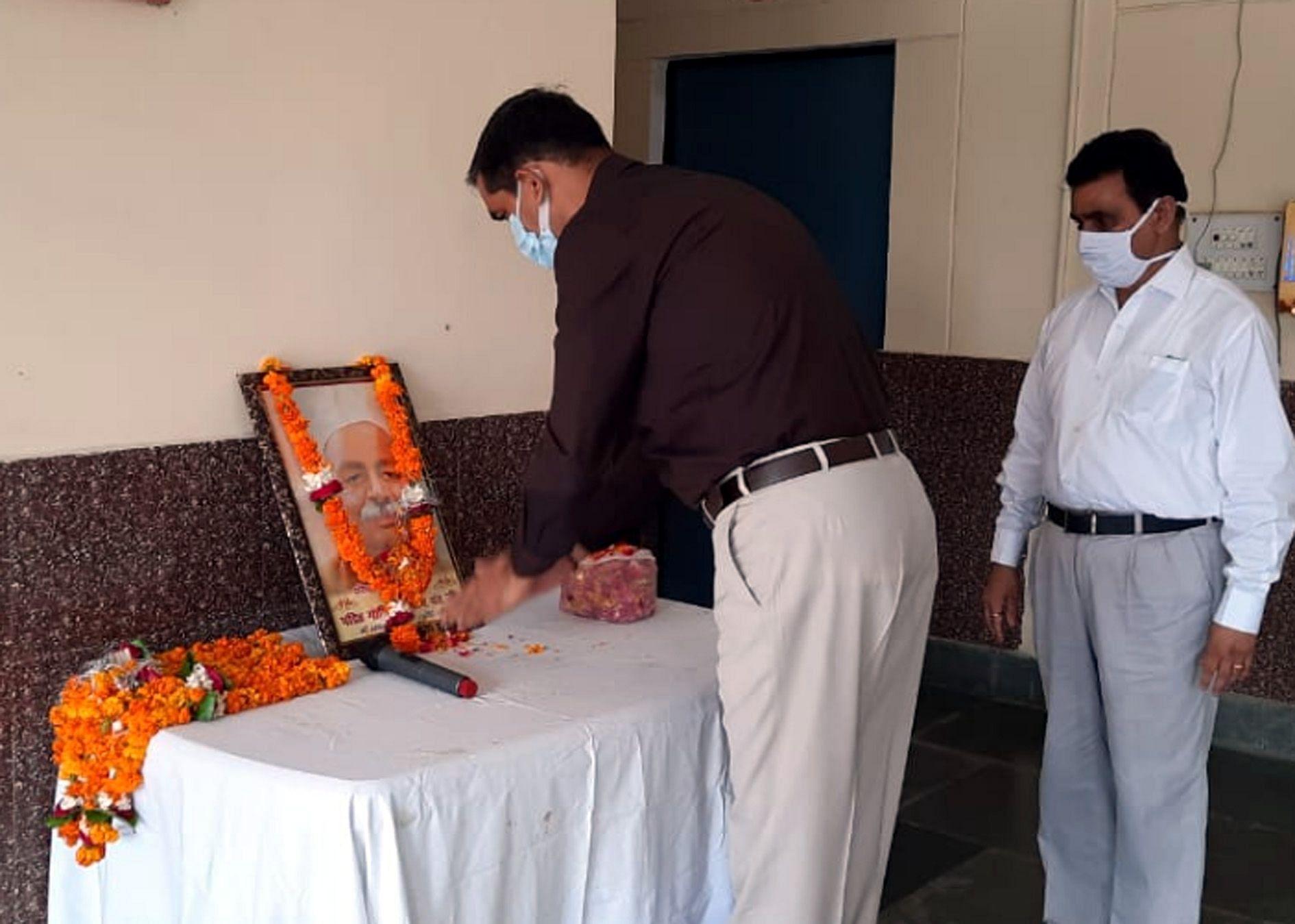 कासगंज कलक्ट्रेट में  भारत रत्न पंडित गोविन्द बल्लभ पंत की जयंती पर उनके चित्र के समक्ष पुष्प अर्